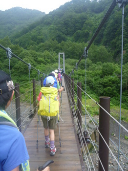 吊り橋渡って出発!